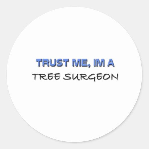 Confíe en que yo es cirujano de árbol pegatina redonda