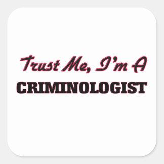 Confíe en que yo es criminalista calcomania cuadrada personalizada