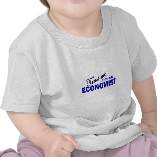 Confíe en que yo es economista camisetas