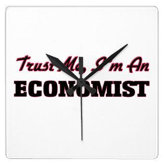 Confíe en que yo es economista reloj cuadrado