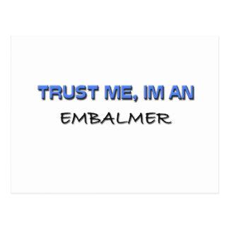 Confíe en que yo es Embalmer Tarjeta Postal