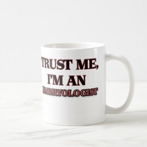 Confíe en que yo es Embryologist Taza Básica Blanca