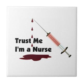 Confíe en que yo es enfermera azulejo cuadrado pequeño