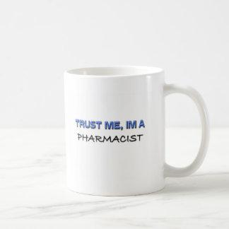 Confíe en que yo es farmacéutico taza