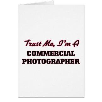 Confíe en que yo es fotógrafo comercial felicitaciones