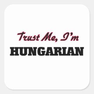 Confíe en que yo es húngaro calcomania cuadradas personalizadas