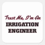 Confíe en que yo es ingeniero de la irrigación calcomania cuadrada personalizada