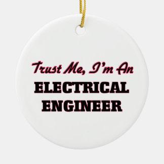 Confíe en que yo es ingeniero eléctrico adorno navideño redondo de cerámica
