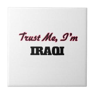 Confíe en que yo es iraquí azulejo