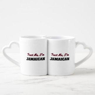 Confíe en que yo es jamaicano taza para parejas