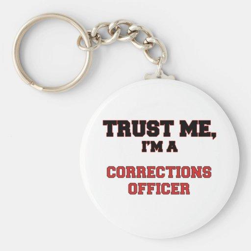 Confíe en que yo es mi oficial de correcciones llavero redondo tipo pin