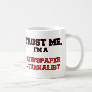 Confíe en que yo es mi periodista del periódico taza básica blanca