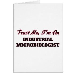 Confíe en que yo es microbiólogo industrial tarjeta de felicitación