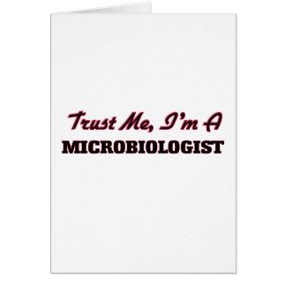 Confíe en que yo es microbiólogo tarjeta de felicitación