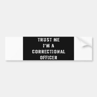 Confíe en que yo es oficial correccional pegatina de parachoque