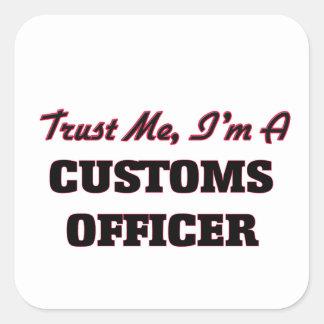 Confíe en que yo es oficial de aduanas calcomanía cuadradas personalizada