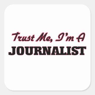 Confíe en que yo es periodista calcomanias cuadradas