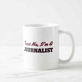 Confíe en que yo es periodista taza básica blanca