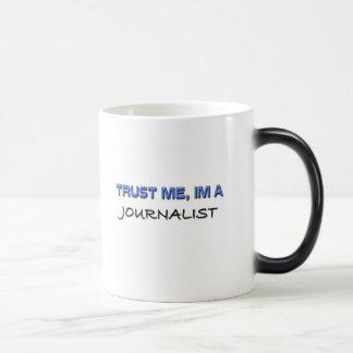 Confíe en que yo es periodista taza mágica
