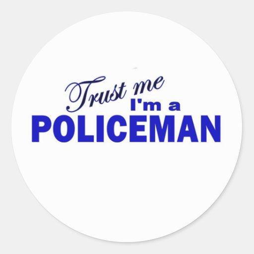 Confíe en que yo es policía etiqueta