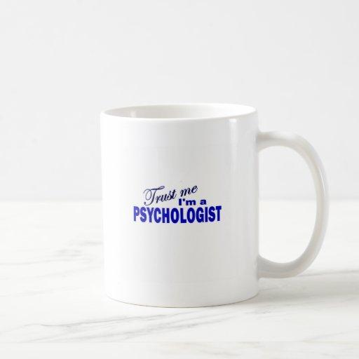 Confíe en que yo es psicólogo taza clásica