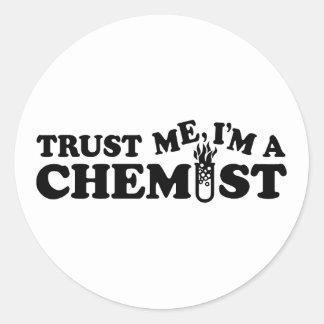 Confíe en que yo es químico pegatina redonda