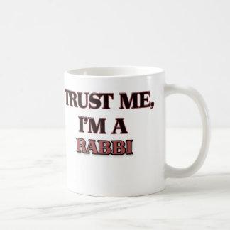 Confíe en que yo es RABINO Taza Básica Blanca