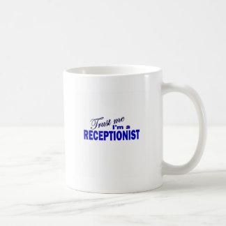 Confíe en que yo es recepcionista tazas