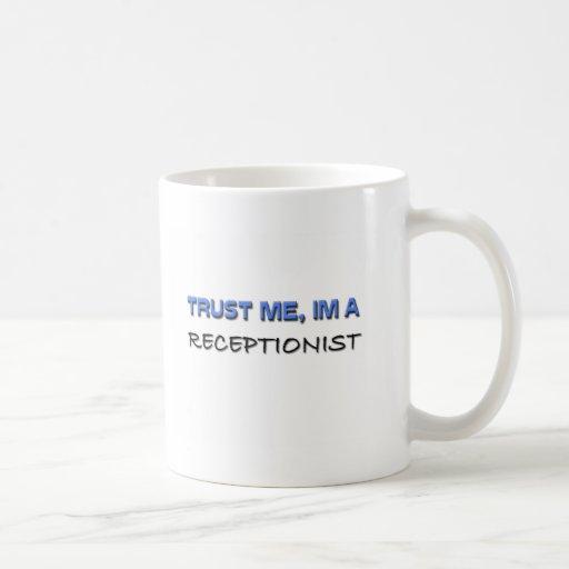 Confíe en que yo es recepcionista taza básica blanca