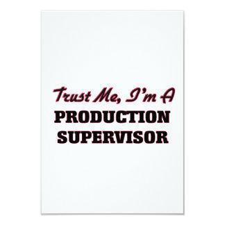 """Confíe en que yo es supervisor de la producción invitación 3.5"""" x 5"""""""