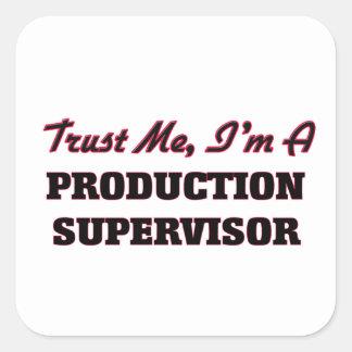 Confíe en que yo es supervisor de la producción calcomanía cuadradas personalizada