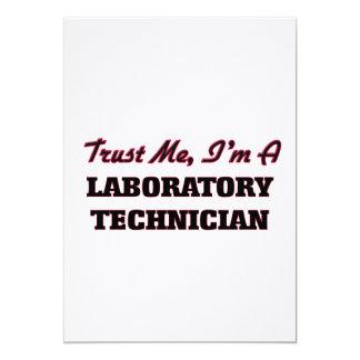 Confíe en que yo es técnico de laboratorio invitación 12,7 x 17,8 cm