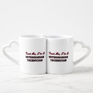 Confíe en que yo es técnico veterinario taza para parejas