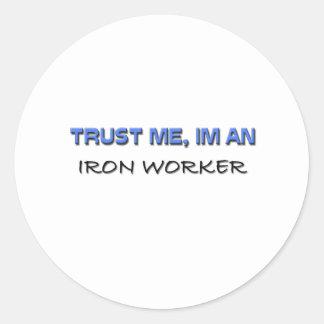 Confíe en que yo es trabajador del hierro pegatina redonda