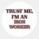 Confíe en que yo es trabajador del hierro pegatinas redondas