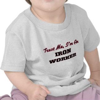 Confíe en que yo es trabajador del hierro camiseta
