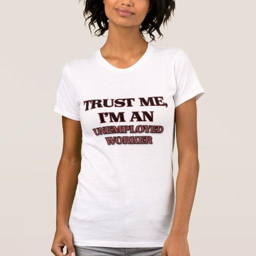 Confíe en que yo es trabajador parado camisetas