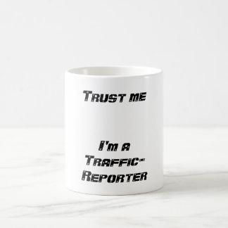 Confíe en que     yo es Tráfico-Reportero Taza Básica Blanca