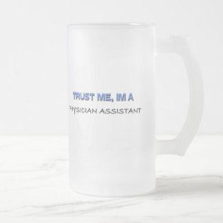 Confíe en que yo es un ayudante del médico taza de cristal