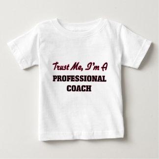 Confíe en que yo es un coche profesional tee shirts