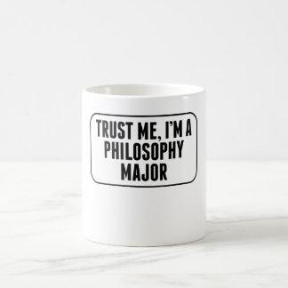 Confíe en que yo es un comandante de la filosofía taza básica blanca