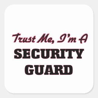 Confíe en que yo es un guardia de seguridad calcomanía cuadradas personalizadas