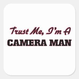 Confíe en que yo es un hombre de la cámara calcomanías cuadradass