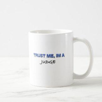 Confíe en que yo es un juez taza básica blanca