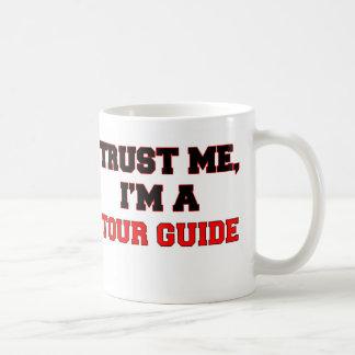 Confíe en que yo es un mi guía turístico taza básica blanca