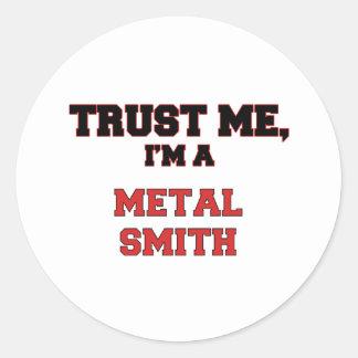 Confíe en que yo es un mi metal Smith Pegatina Redonda