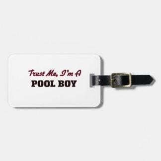 Confíe en que yo es un muchacho de la piscina etiquetas para maletas