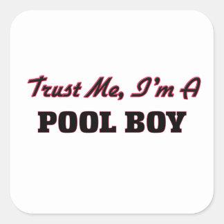 Confíe en que yo es un muchacho de la piscina pegatina cuadrada