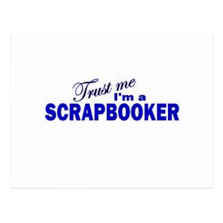 Confíe en que yo es un Scrapbooker Tarjetas Postales
