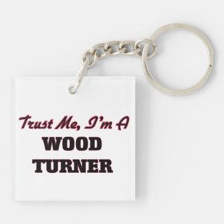 Confíe en que yo es un Turner de madera Llaveros